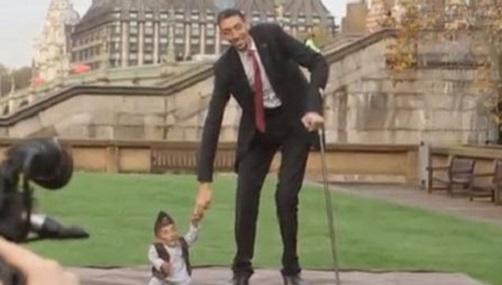 VIDÉO - L'homme le plus grand du monde rencontre l'homme le plus petit