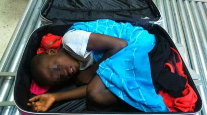 enfant dans valise