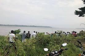 Kinshasa : Un mini-bus a fini sa course dans le fleuve avec des passagers à  bord - congosynthese